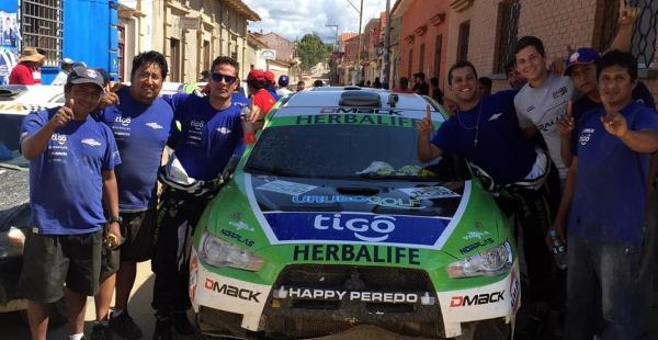 Algarabía. Todo el equipo HP Motors celebró la victoria en Tarija. Peredo empezó a mostrar su poderío