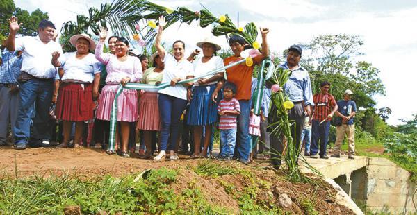 La gobernadora junto con pobladores inaugurando la obra