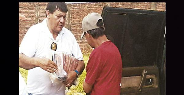 Uno de los investigadores de la Felcc baja a Raúl Sandóval del vehículo y lleva en sus brazos los billetes falsos en cortes de Bs 100 incautados
