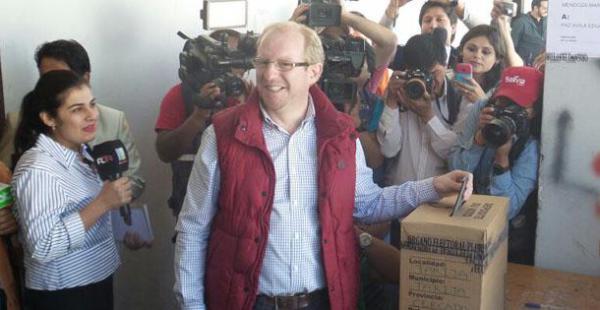 El exdiputado opositor al MAS, Adrian Olivia, obtuvo el apoyo del 52,6% de la población tarijeña de acuerdo con los resultados de boca de urna