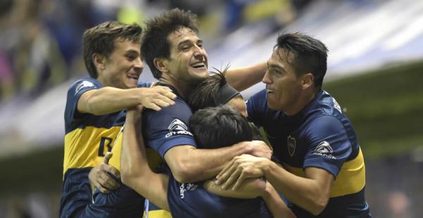 Pablo Pérez (centro) abrió el camino para la victoria de Boca sobre River cuando el partido se encaminaba a su recta final