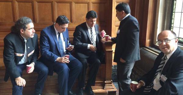 Algunas de las autoridades que forman parte de la delegación boliviana comparten un café durante el receso de la presentación de alegatos en La Haya