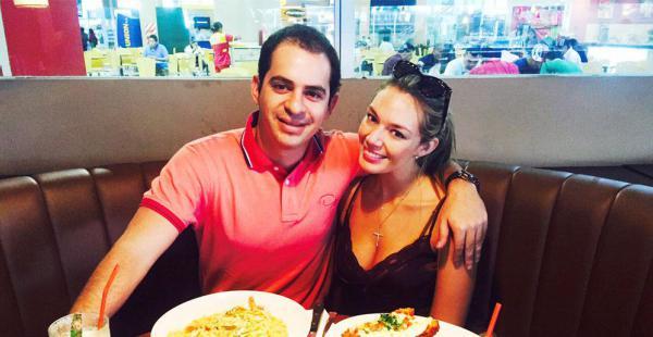 RonicoCuéllar | PresentadorDeTv. El largo fin de semana fue de mucho provecho para Ronico y su corteja, Jessica Suárez, viajando a Cochabamba y dándose unos 'gustitos' paseando por la ciudad y comiendo en el restaurante Fridays, antes de ir a trabajar