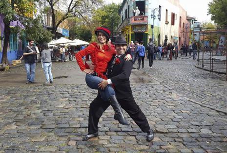 JimenaAntelo | PresentadoraDeTv. Los periodistas Jimena Antelo y José Pomacusi también aprovecharon el largo fin de semana para un descanso. ¿el destino? la capital del tango, Buenos Aires. La pareja disfrutó de su estadía visitando el acogedor Caminit