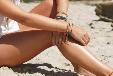 Ansley Vasconcellos modela las pulseras de  'beyondBeanie'