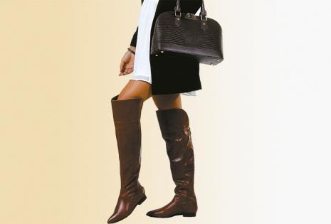 Estas botas 'over knee' (sobre la rodilla), son ideales para usar con shorts, minifaldas y leggins. Se acompaña de una cartera de cuero croco  (Raphaella Booz).