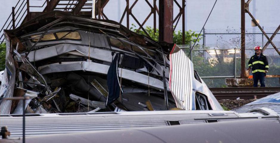 Un trabajador de emergencia examina los restos de un tren Amtrak descarrilado en Filadelfia, Pennsylvania 13 de mayo de 2015. REUTERS / Lucas Jackson