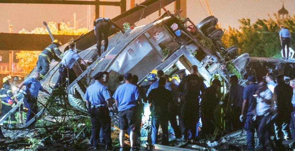 Los equipos de rescate buscan víctimas entre los restos de un tren Amtrak descarrilado en Filadelfia, Pennsylvania. REUTERS / Bryan Woolston