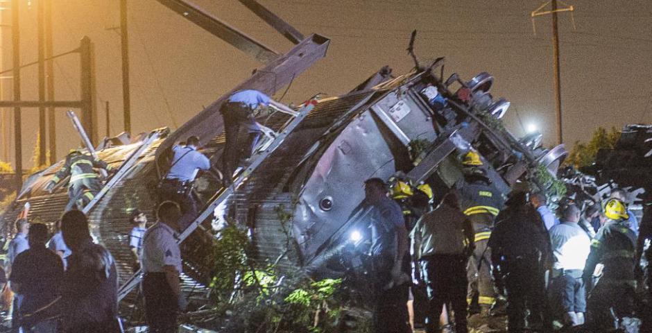 Filadelfia, PA, Estados Unidos : PHILADELPHIA , PA - 13 de mayo: Los investigadores y socorristas trabajan cerca de los restos de un tren de pasajeros de Amtrak que transportaba más de 200 pasajeros desde Washington, DC a Nueva York, que descarriló ayer