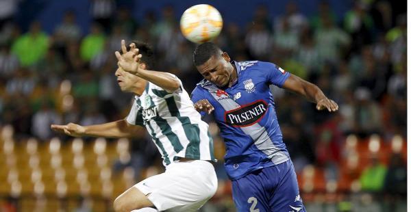 Pablo Velázquez (izq) Atlético Nacional disputa el balón con Jorge Guagua (dcha) del Emelec de Ecuador durante su partido por los octavos de final de la Copa Libertadores