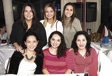 Dayana Faldín, Fernanda Terrazas, Karla Ardaya (sentadas), Estefany Maya, Paula Saucedo y Nicole Landívar (de pie)