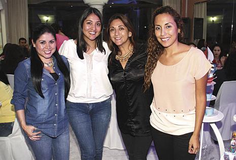 Vera Lucía Saucedo, Lady Martínez, Alejandra Casso y Adriana Iglesias, cuatro buenas amigas de la pareja