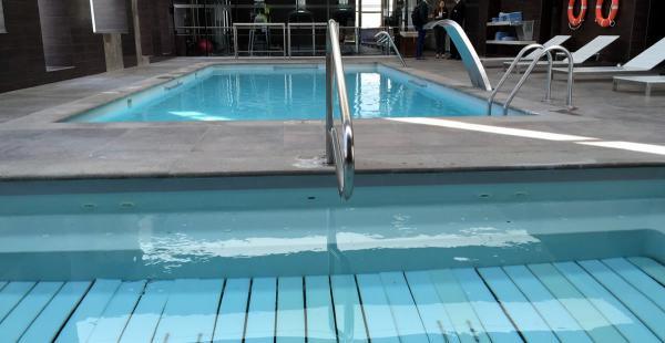 Esta es la piscina del hotel Hilton Garden Inn Airport para que los futbolistas del combinado boliviano se relajen después de los compromisos