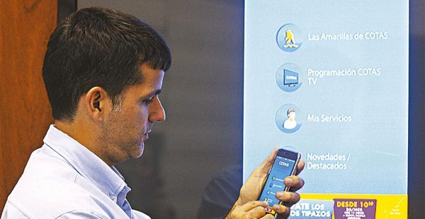 Variedad. Javier Vaca Díez, gerente de comercialización de Cotas muestra el menú principal de la novedosa aplicación