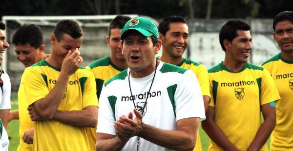 Mauricio Soria dando órdenes a sus dirigidos en la sede del club Blooming. El estratega no quiere saber del Tahuichi, como campo de preparación