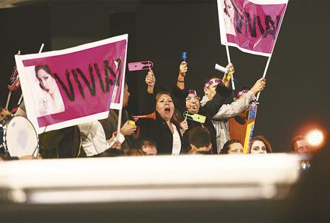 Sus seres queridos estuvieron en primera fila con carteles, bandanas y trompetas para alentar a la candidata. Están orgullosos con el logro de su pequeña. Ella les dedicó la corona