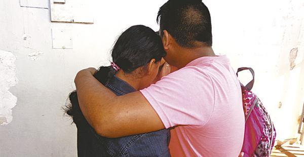 Un familiar consuela a la adolescente que dijo haber estado varios días cautiva por un amigo de su padre