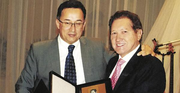 El Dr. Humberto Villavicencio (dcha.) recibe su galardón