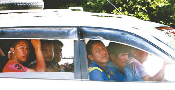 El conductor de este trufi fue visto ayer circulando con cinco pasajeros en el segundo anillo