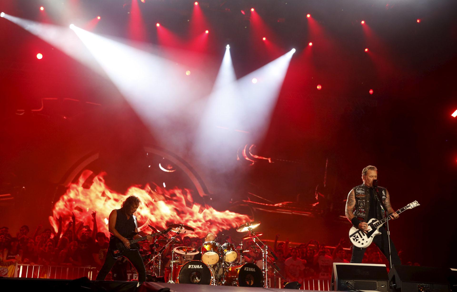 James Hetfield (R) and Kirk Hammett of Metallica perform during the Rock in Rio Music Festival in Rio de Janeiro, Brazil, September 20, 2015. REUTERS/Pilar Olivares