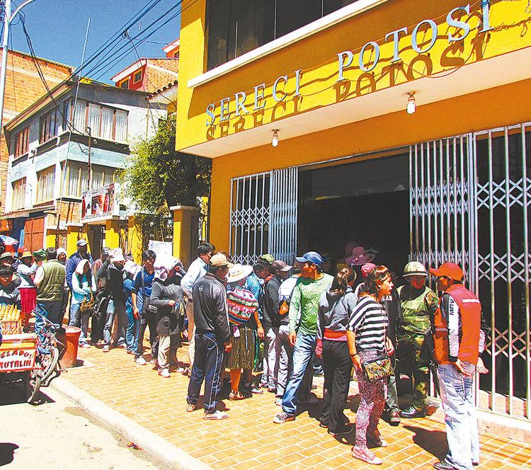 Demanda. La fila de personas para pedir certificados de impedimento. Foto: Micaela Villa