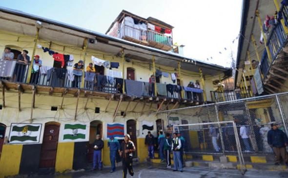 DETENIDOS. Privados de libertad de la cárcel de San Pedro en La Paz, caminan por una de las siete secciones con las que cuenta este recinto. -   Archivo La Prensa
