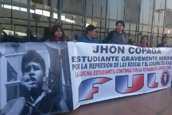 Un grupo de dirigentes de la FUL despidió a Jhon Copaga en el aeropuerto. | Foto: FUL-UMSS -   facebook.com Periodista Invitado