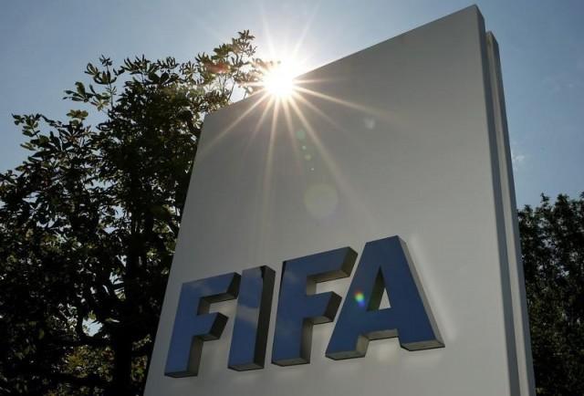 El logo de la FIFA, en el frontis de su sede en Zúrich, Suiza. REUTERS/Arnd Wiegmann
