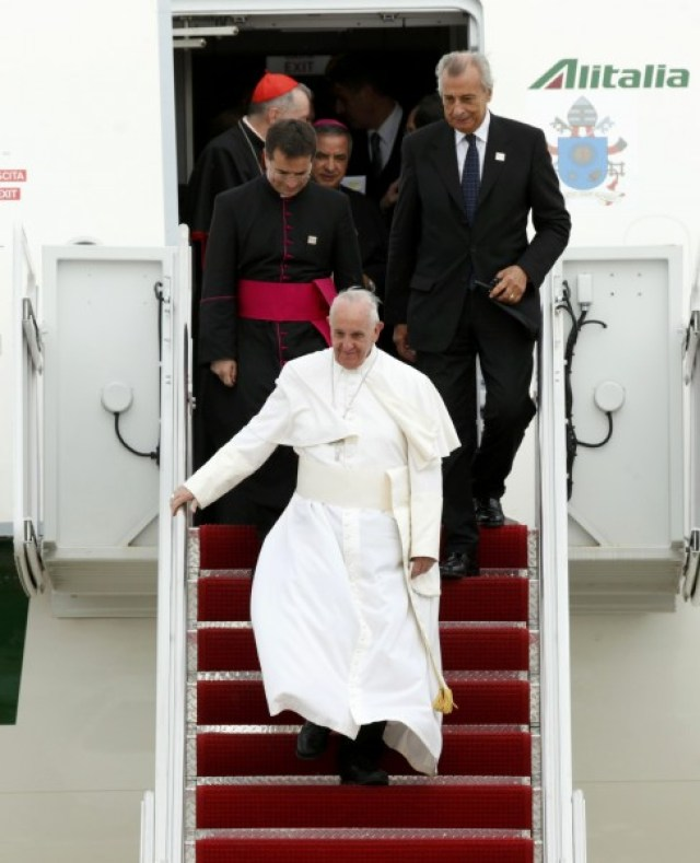Pope Francis descends the air stairs from his aircraft to be welcomed by U.S. President Barack Obama (not pictured) upon his arrival at Joint Base Andrews outside Washington September 22, 2015. REUTERS/Kevin Lamarque