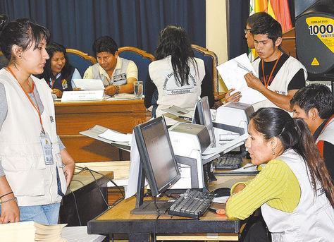 Escrutinio. Personal del Tribunal Electoral Departamental de La Paz, durante el conteo de votos.