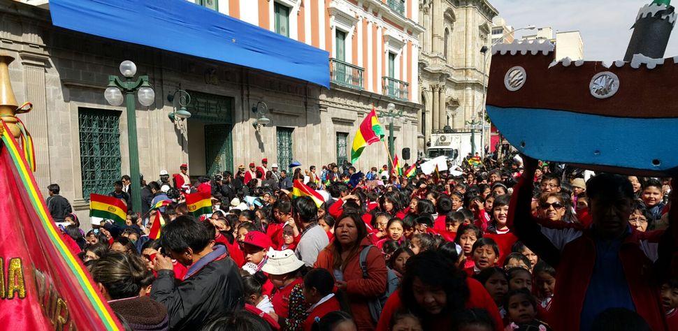 La población celebra el fallo en puertas del Palacio de Gobierno. Foto: Ángel Guarachi
