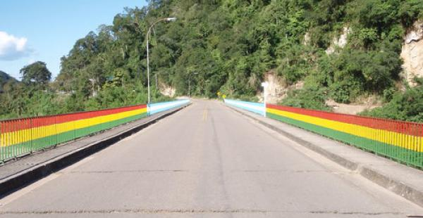 El puente internacional que une las ciudades de Bermejo (Bolivia) y Agua Blanca (Argentina) se encuentra bloqueado por los trabajadores del ingenio azucarero