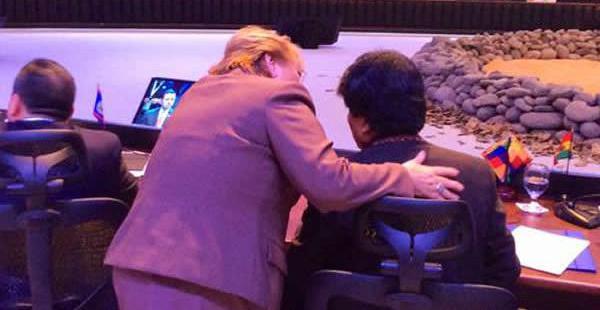 La foto muestra el momento en el que la presidenta chilena se acercó al mandatario boliviano en Costa Rica.
