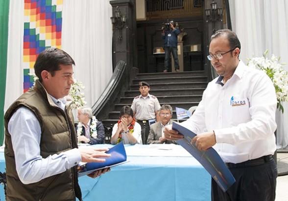 El representante de JOCA y el ministro de Obras Públicas firman el contrato por 537 millones de dólares. -   Abi Agencia