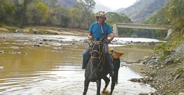 Escena   campestre  Carlos ha  recorrido parte del Chaco a lomo de caballo.