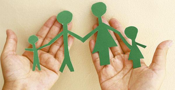 papás y mamás pasan mucho tiempo fuera de la casa. la actualidad les exige colaborarse en lo económico y en la crianza de los hijos en un mano a mano