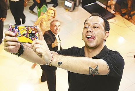 Alan Vera.  El conductor de EnHoraBuena, junto con sus colegas de PAT, Ezequiel Serres y Laura Donoso. Contó que cuando se tomaba autofotos con sus fans sentía uno que otro manoseo y nunca supo de quién se trataba. ¡Ups!