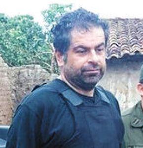 Recaptura. Policías resguardan a Martín Belaunde tras encontrarlo en Magdalena (Beni), el jueves.