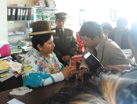 Fiscalización. La delegada de la Magistratura, Mónica Limachi, inspecciona un juzgado de La Paz.