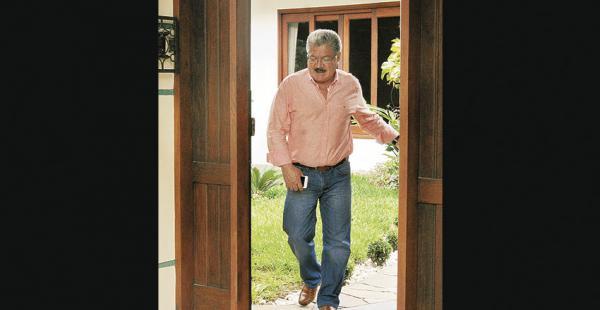 El Dr. Vaca Díez sale de la casa del religioso tras la visita médica