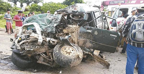 Así quedó la camioneta que chocó contra un camión Volvo