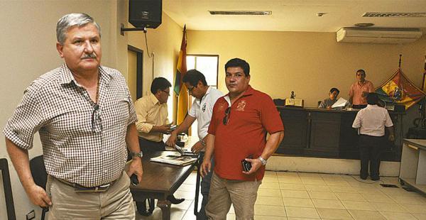 El alcalde Jorge Morales (dcha.) al salir de la audiencia, en Montero