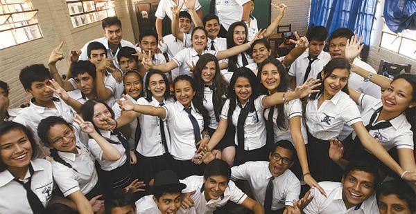 Con sus  compañeros Hace cuatro años que estudia en Bellas Artes, un colegio que le ayudó en todo aspecto.
