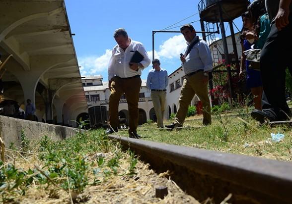 Técnicos de JOCA miran las antiguas rieles de la estación central, el pasado martes. - José Rocha Los Tiempos