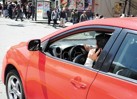 Prohibido. Un infractor habla por celular mientras maneja, ayer.