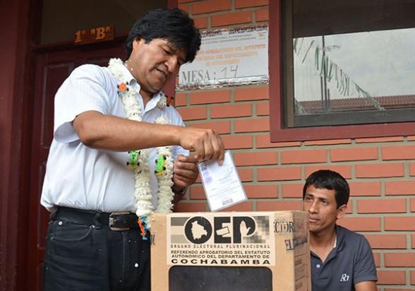 El presidente Evo Morales emite su voto en Villa 14 de Septiembre, el 20 de septiembre. - Gobernación de Cbba Periodista Invitado