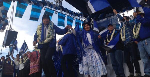 Campaña. Evo Morales bailando en la ciudad de El Alto en su último acto proselitista antes del sufragio nacional del domingo .
