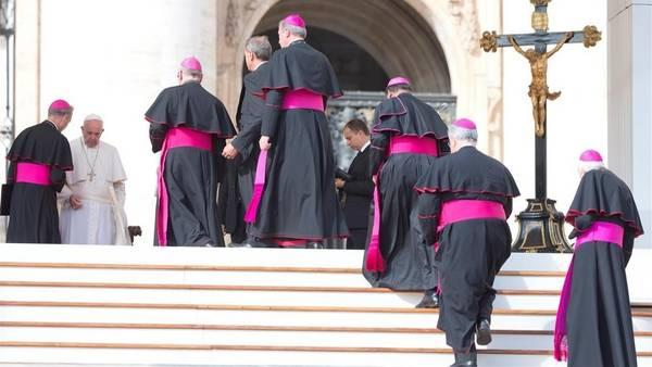 El Papa recibe a los obispos que participan en el Sinodo de la Familia, en el Vaticano./AP