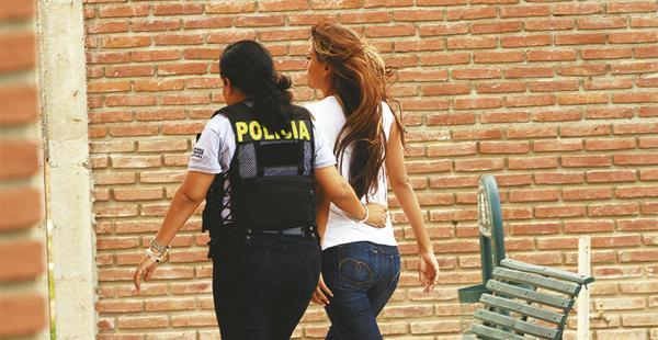 La pareja del capitán cuando ayer era llevada por la Policía al juzgado