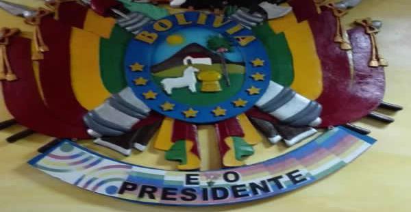 """El emblema patrio aparece con el logotipo del ministerio de Comunicación y con la frase """"Evo presidente""""."""